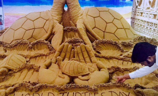 Sand artist Sudarsan Pattnaik creates sand sculpture on World Turtle Day...