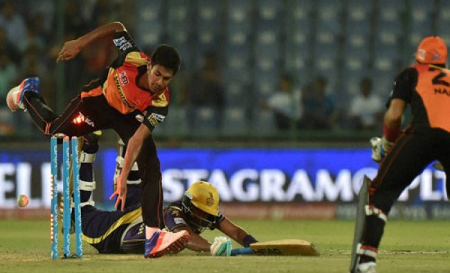 Sunrisers Hyderabad bowler unsuccessfully try for run out KKR\'s...