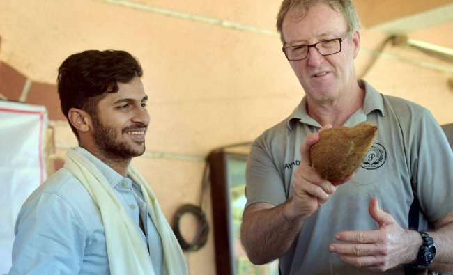 Former Australian pacer Geoff Lawson interacts with recently selected young pacer...