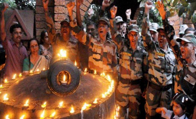 Army personnel pay tribute to jawans who died in Kargil War on Kargil Vijay Diwas in Kozhikode on ..