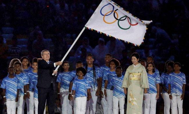 Tokyo governor Yuriko Koike, right, and Eduardo Paes, Mayor of Rio de Janeiro stand by IOC...