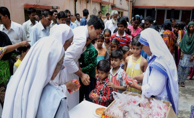 Nuns distribute relief material to flood hit peoples at a camp in Allahabad...