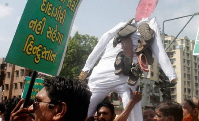 Muslims carry an effigy of Pakistan Prime Mnister Nawaz Sharif during a protest against Uri...