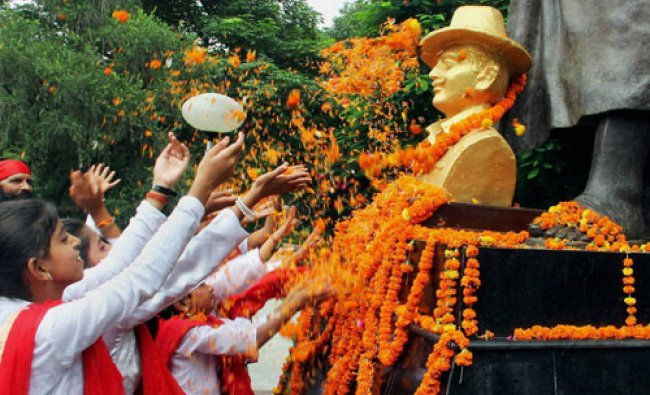 Young girls pay floral tribute to Freedom Fighter Shaheed Bhagat Singh...
