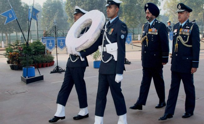 Chief of the Air Staff, Air Chief Marshal BS Dhanoa arrives to pay homage at Amar Jawan Jyoti...