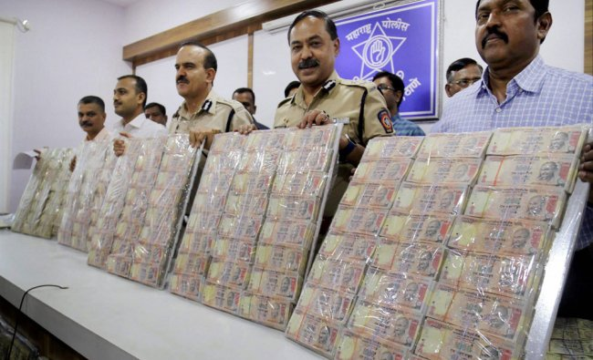 Crime branch police displays seized 1,29,00,000 crore of banned currency notes in Thane, Mumbai ....