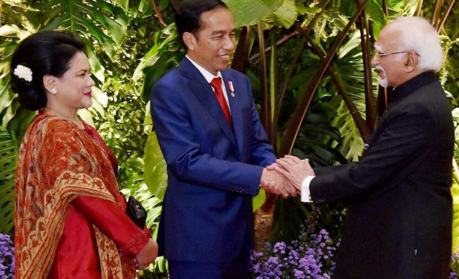 Vice President M Hamid Ansari with the President of Indonesia, Joko Widodo and his spouse Iriana ...