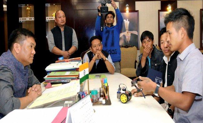 Chief Minister of Arunachal Pradesh Pema Khandu with Anang Tadar, a class XI student who innovated..