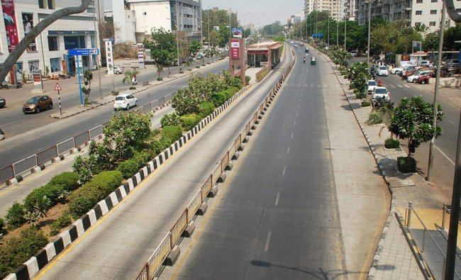 Roads wear deserted look on Tuesday as temperature soars in Surat...