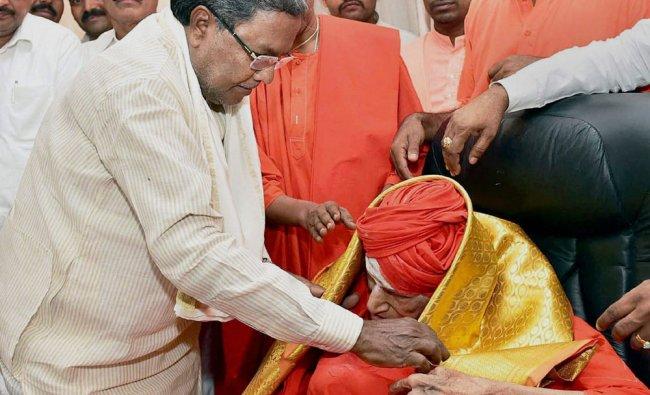 Karnataka Chief Minister Siddaramaiah (L) calls on Shivakumara Swamiji (R) of Sree Siddaganga Mutt..