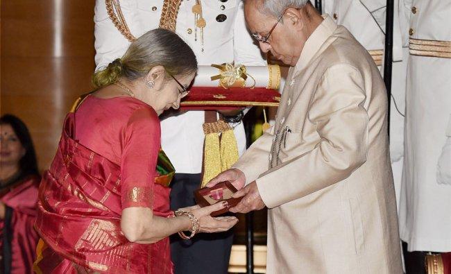 Political commentator the late Cho Ramaswamy\'s wife Soundara Ramaswamy receiving Padma Bhushan ...