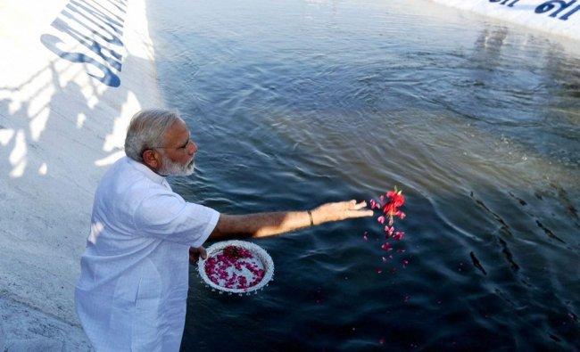 PM Modi inaugurating the Link-II of SAUNI Yojana by offering flower petals
