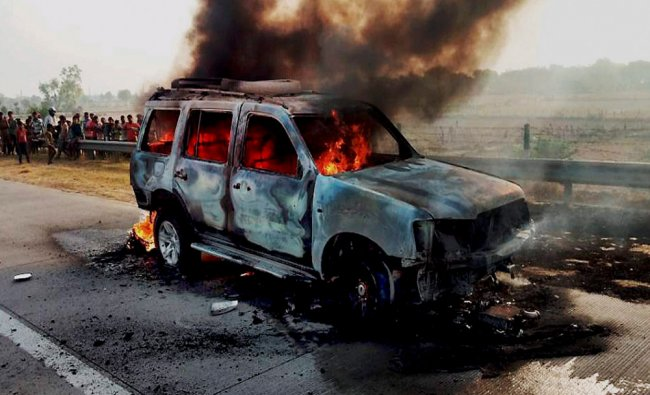 A car catches fire at Yamuna Expressway in Mathura...