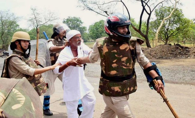 Police detain of farmers who were pelting stones during their agitation in Phanda ...