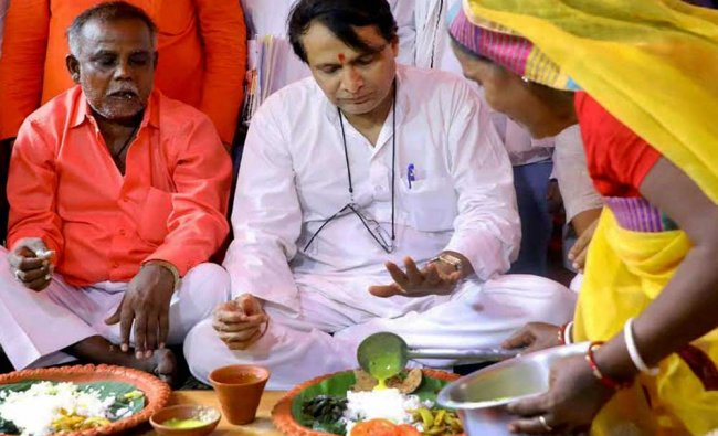 Union Railway Minister Suresh Prabhakar Prabhu taking lunch at a Dalit\'s house at Gomohar area of H