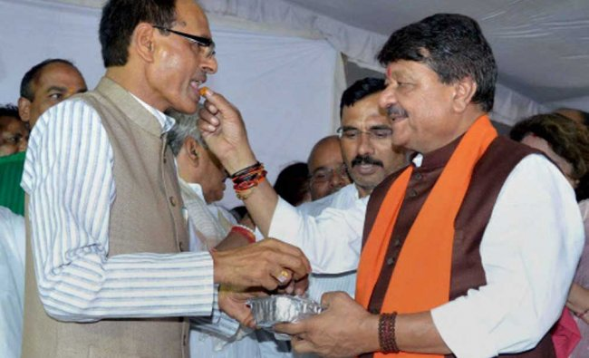 BJP National General Secretary Kailash Vijaywargiya offers sweet to Madhya Pradesh Chief Minister...
