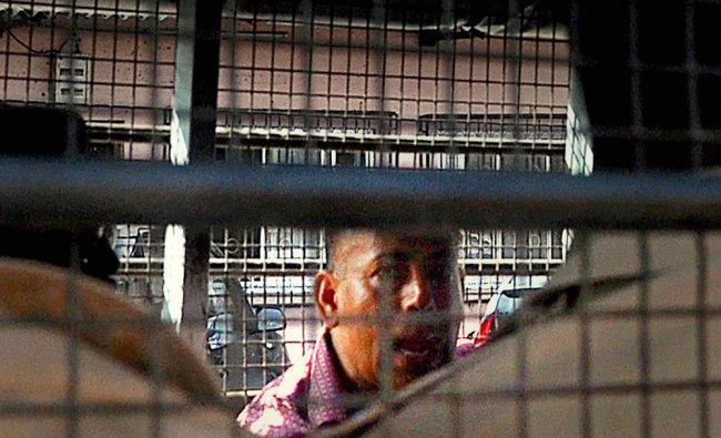 Gangster Abu Salem being taken to Taloja Central Jail...