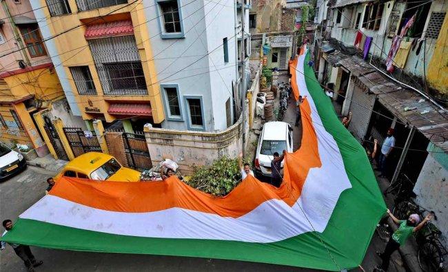 Cricket fans jubiliate with big Tri-colour flag in Kolkata...