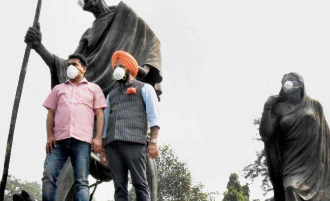 Rebel AAP MLA Kapil Misra and BJP MLA Manjinder Singh Sirsa after putting anti-pollution masks on...