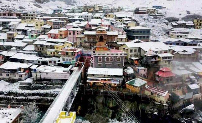 The holy shrine of Badrinath received moderate snowfall in Uttarakhand ...