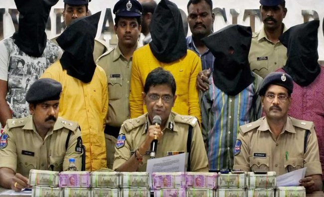 Police Commissioner V Srinivas Rao showing Rs 1,26 Cr recovered from a gang of dacoits...