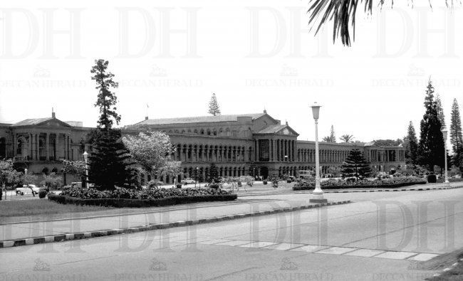 The Karnataka High Court, earlier known as Attara Kacheri, is built in Greco-Roman style of architecture. DH Photo