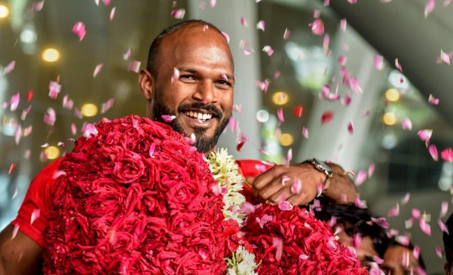 Commonwealth Games Gold medalist weightlifter Sathish Kumar Sivalingam being given a rousing welcome on his arrival at the airport in Chennai on Thursday. PTI
