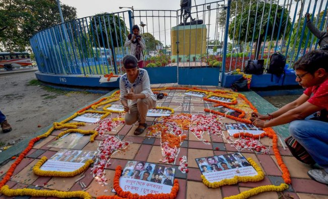 Journalists pay tribute to media personnel who lost their lives in Kabul\'s double suicide bombing in Kolkata on Wednesday. PTI Photo