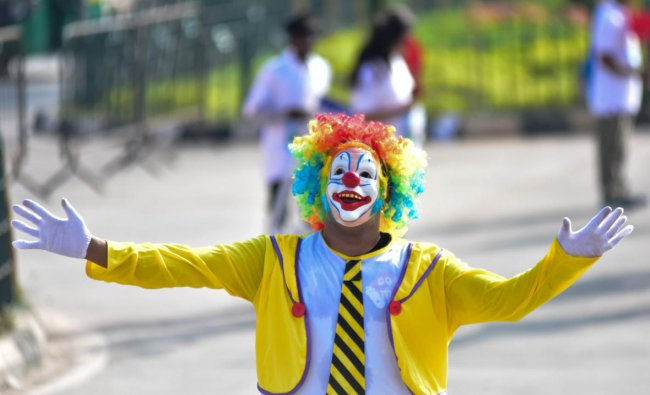People encourage the runners with fancy dress in TCS world 10 K run, at Sree Kanteerava Stadium, in Bengaluru on Sunday. DH Photo