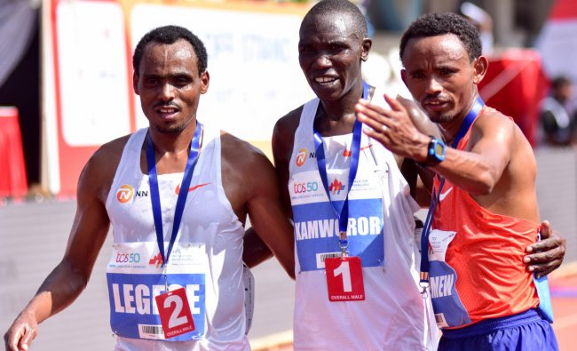 Kamworor of Kenya(Centre) winner of the gold in TCS world 10 K run (elite Men) is seen with the first Runner up Legese of Ethiopia (Left) and the second runner up Geremew of Ethiopia, at Sree Kanteerava Stadium, in Bengaluru on Sunday. DH photo