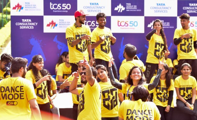 A team of Dance Mode encourages the runners, in TCS world 10 K run, at Sree Kanteerava Stadium, in Bengaluru on Sunday. DH Photo