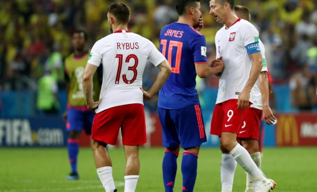 World Cup - Group H - Poland vs Colombia - Kazan Arena, Kazan, Russia - June 24, 2018 Poland\'s Robert Lewandowski shakes hands with Colombia\'s James Rodriguez at the end of the match. Reuters