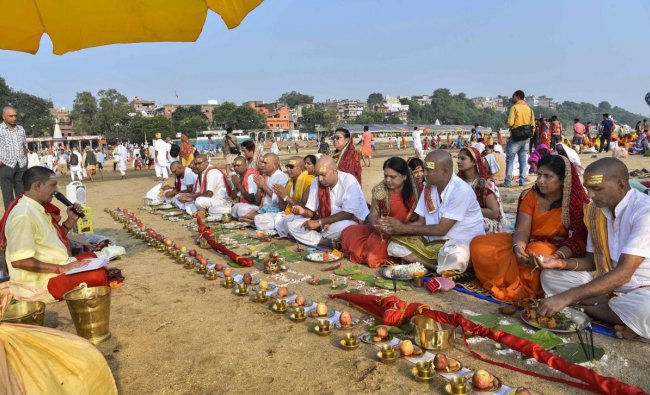 Gaya: Hindu devotees perform \'Tarpan\', a ritual to pay obeisance to one\'s forefather during \'Pitra Paksha\', on the banks of Phalgu river in Gaya, Monday, Sept 24, 2018. (PTI Photo)