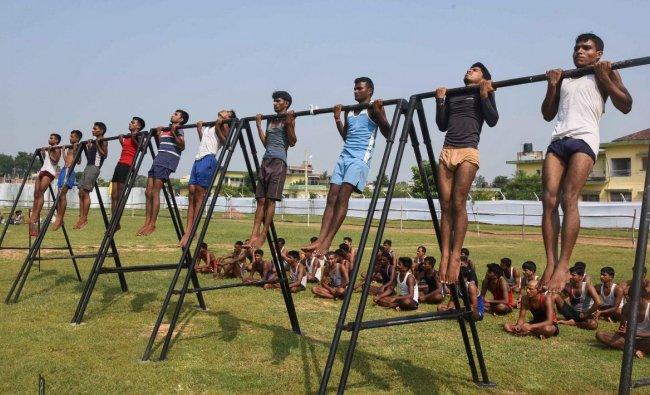 Danapur: Aspirants undergo a physical test during an army recruitment rally at Danapur near Patna, Monday, September 24, 2018. (PTI Photo)