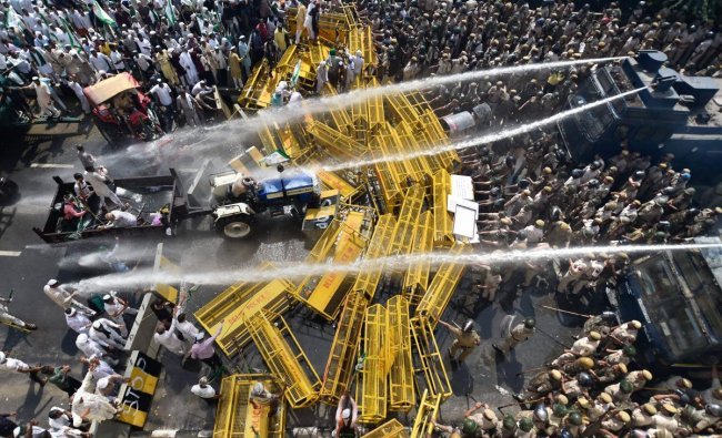 Police use water cannons to disperse farmers protesting at Delhi-UP border during \'Kisan Kranti Padyatra\' in New Delhi on Tuesday, Oct 2, 2018. (PTI Photo)