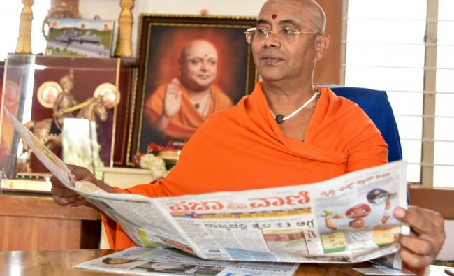 Adichunchanagiri mutt branch seer Someshwaranatha Swami releases all pages colour edition of Deccan Herald and Prajavani in Mysuru on Friday. DH Photo