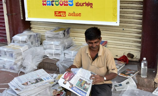 News paper distributors during the launch of new colour pages of Prajavani and Deccan Herald news paper at Devaraja Market in Mysuru on Friday. DH photo