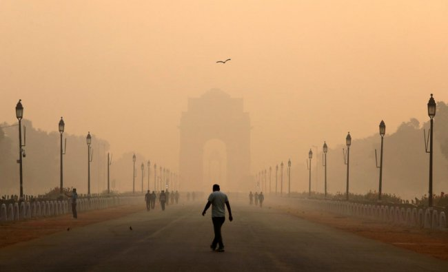 A man walks in front of the India Gate shrouded in smog in New Delhi, India, October 29, 2018. REUTERS
