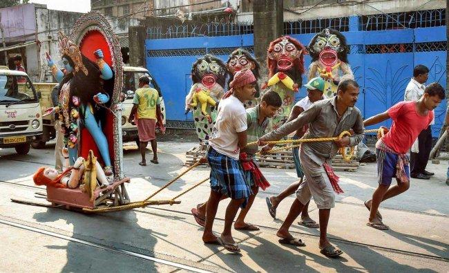 Porters transport an idol of Hindu deity \'Kali\' to a temple on the eve of \'Kali Puja\', in Kolkata, Monday, November 05, 2018. PTI Photo