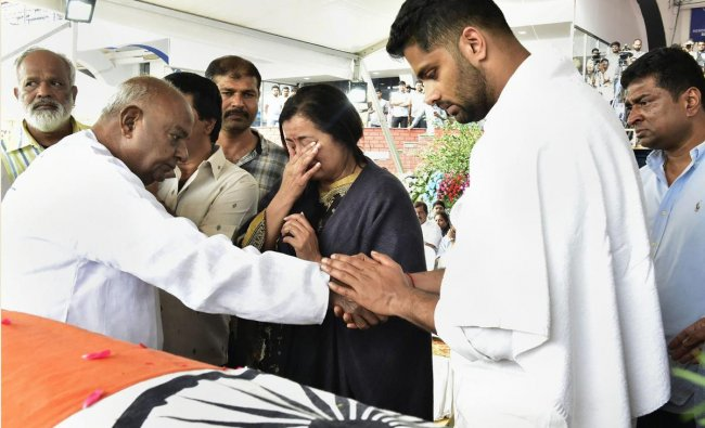Bengaluru: Former prime minister H D Deve Gowda offers condolences to family members as he pays homage to veteran Kannada actor and politician Ambarish, who passed away in Bengaluru yesterday, at the age of 66, in Bengaluru, Sunday, Nov. 25, 2018. (PTI Photo)