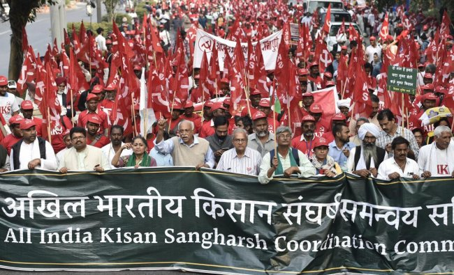 New Delhi: All India Kisan Sangharsh Coordination Committee (AIKSCC) members and farmers arrive for a two-day rally to press for their demands, including debt relief and remunerative prices for their produce, in New Delhi, Thursday, Nov. 29, 2018. (PTI Photo/Ravi Choudhary)
