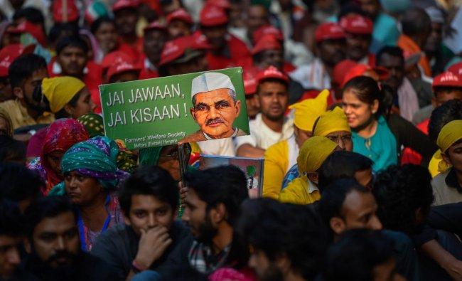 Farmers hold a poster carrying photo of former prime minister Lal Bahadur Shastri, who gave the slogan \'Jai Jawan, Jai Kisan\', during the Kisan Mukti March, in New Delhi, Friday, Nov. 30, 2018. (PTI Photo/Ravi Choudhary)