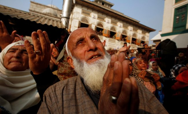 Muslims pray upon seeing a relic of Sheikh Abdul Qadir Jeelani, a Sufi saint, also known as Shah-e-Baghdad (King of Baghdad), being displayed at his shrine during his death anniversary in Srinagar December 19, 2018. REUTERS/Danish Ismail