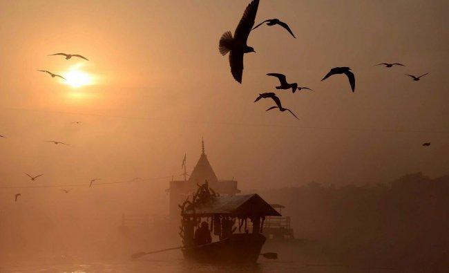 A boatman rows his boat in the Narmada river on a cold, foggy morning, near Maa Narmada temple at Gwarighat in Jabalpur. PTI