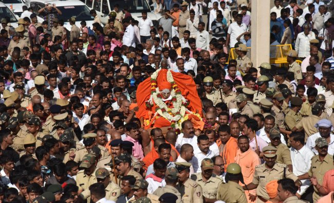 Monks carry the body of Shivakumara Swami, popularly known as the \