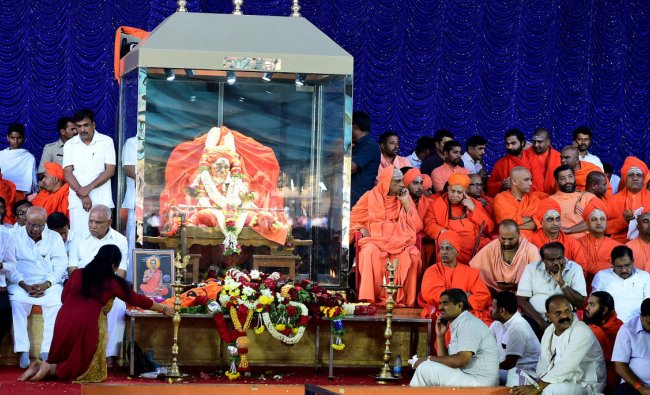 The body of Shivakumara Swamiji is placed on display for mourners to pay their respects after his death at the age of 111 in Tumakuru. (DH Photo)