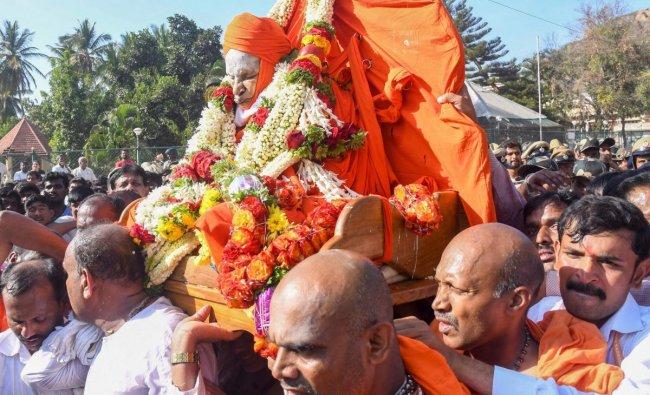 Mortal remains of 111-year-old pontiff of the Siddaganga Mutt Shivakumara Swamiji being taken to be kept for public viewing at Siddaganga Mutt in Tumakaru, Karnataka. (PTI Photo)