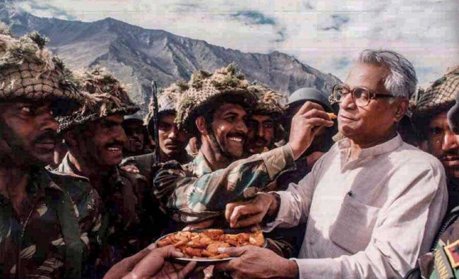 n this undated file photo the then defence minister George Fernandes shares snacks with the Army personnel during a visit to Ganasok in the Batalik Sector, J & K. Veteran socialist George Fernandes, who was the defence minister in the NDA government headed by the late Atal Bihari Vajpayee, passed away Tuesday, Jan 29, 2019, following a prolonged illness. Fernandes was 88. (PTI Photo)