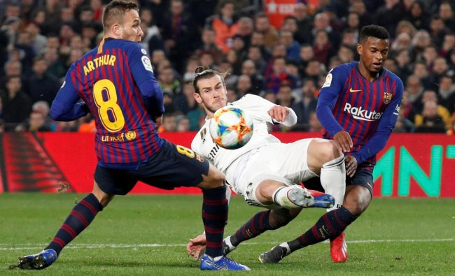 Soccer Football - Copa del Rey - Semi Final First Leg - FC Barcelona v Real Madrid - Camp Nou, Barcelona, Spain - February 6, 2019 Real Madrid\'s Gareth Bale in action with Barcelona\'s Nelson Semedo and Arthur REUTERS/Albert Gea