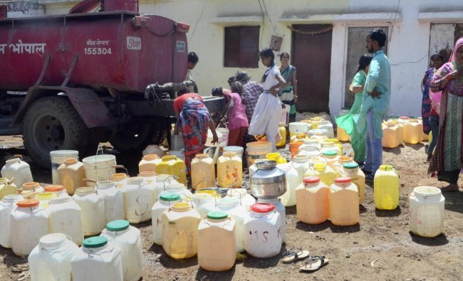 Bhopal: People fetch drinking water from a Municipal Corporation\'s water tanker due to short supply at the onset of summer, in Bhopal, Saturday, March 9, 2019. (PTI Photo)